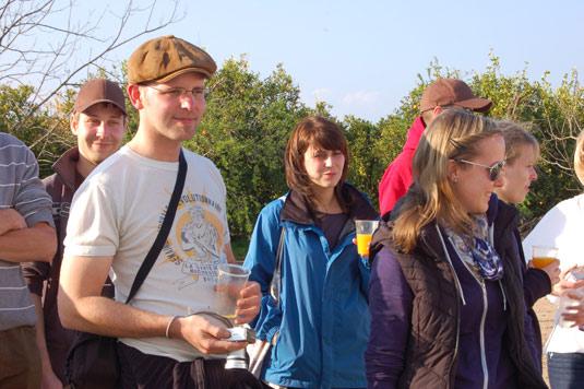 Estudiantes alemanes degustando zumo recién exprimido durante una visita a la finca.